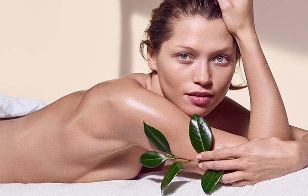 Kobieta okryta ręcznikiem