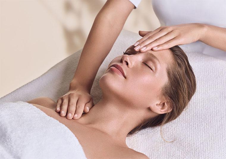 Relaksujący zabieg na twarz olejkami aromaterapeutycznymi