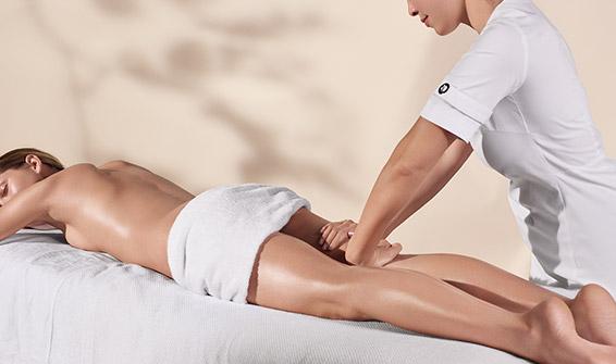 Terapeuta kosmetyczny wykonujący zabieg na ciało