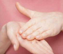 Rozgrzej produkt w dłoniach, aby doprowadzić go do temperatury twarzy i ułatwić natychmiastową penetrację.